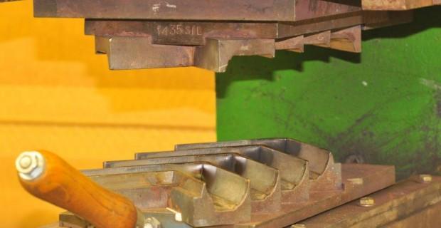 Presse de fabricant de joint étanchéité caoutchouc sur mesure et profilé